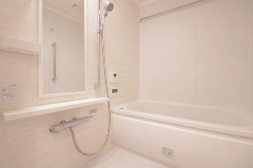 浴室乾燥機付きの浴室です。現地(2021年7月)撮影