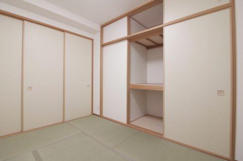 リビング横の和室6帖のお部屋です。畳表替え済みです。現地(2021年7月)撮影