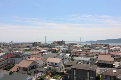 最上階につき眺望良好です。淡路島や明石海峡大橋も望めます。現地(2021年7月)撮影