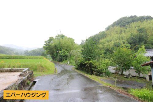 前面道路です。田園風景に囲まれた落ち着いた立地です。