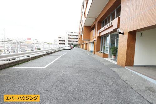 物件入口前は道路広々。