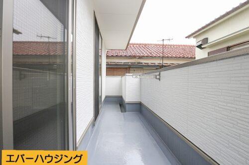 2階のバルコニーです。 3階にもバルコニーがございますので、お洗濯ものをたくさん干せます。