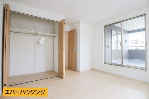 各洋室にはクローゼット収納もございます。廊下にはWICもあり。