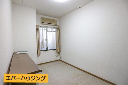 洋室4.8帖のお部屋です。写真は残置物がある状態です。(2021年4月30日)撮影