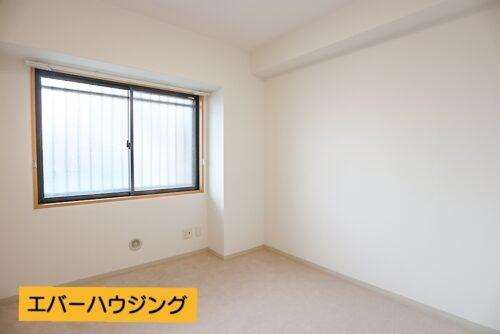 洋室5.1畳のお部屋です。 クローゼット収納もございます。