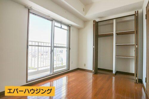 洋室5.4帖のお部屋です。 嬉しい2面バルコニーでこちらからもバルコニへ出られます。
