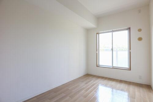 洋室5帖のお部屋です。各居室には収納がございます。現地(2021年9月)撮影