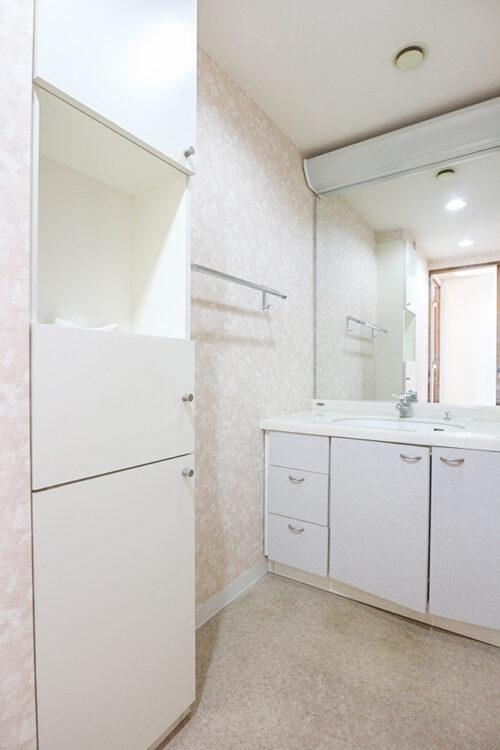 三面鏡の洗面化粧台です。洗面所には収納スペースもございます。