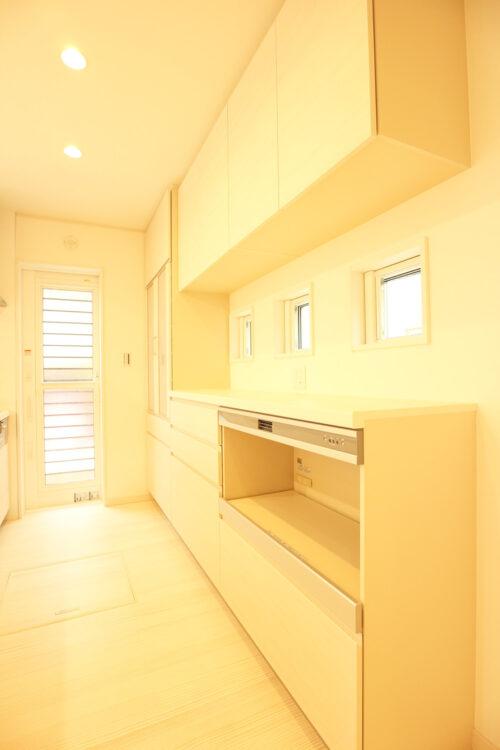 背面収納は大容量!食器や調理器具を収納出来ます。