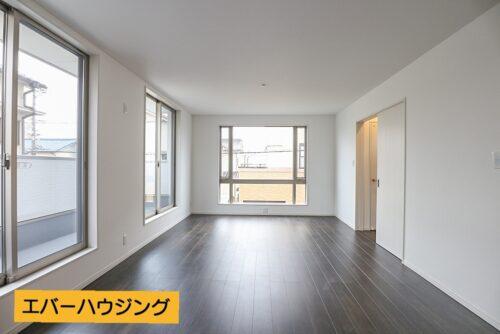 窓が大きく、開放感のあるリビングです。 採光もあり、明るい室内です。