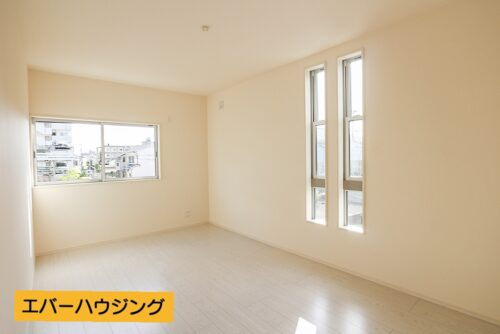 2階の洋室8帖のお部屋です。 内装は全てシンプルで使いやすいお部屋となっております。