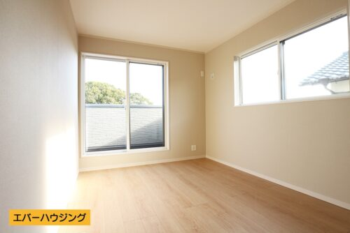 【同形状・同仕様写真です】 洋室6帖のお部屋。ナチュラルな内装なのでどんな家具でも合わせやすいですね