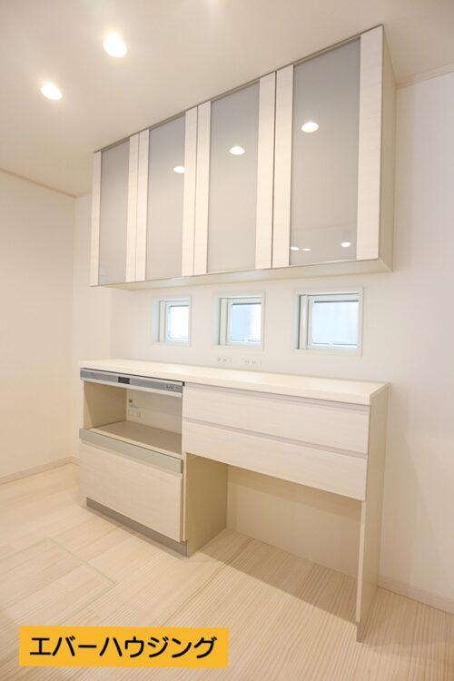 キッチン背面には収納棚もございます。