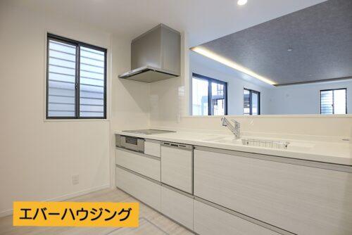 食器洗い乾燥機、浄水器付きのキッチンです。コンロは3口のIHコンロ。お手入れしやすいです。