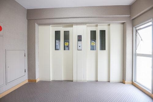 共用エレベーターです。1.4.7.10階が停止階です。