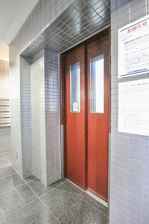 共用エレベーターです。現地(2021年10月)撮影