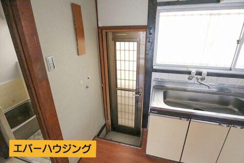 キッチン横には勝手口があり、裏口へ出られます。