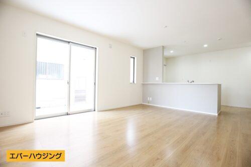 【同形状・同仕様の写真です】 淡い色の床材とホワイトのクロスがお部屋の中を明るくしてくれます♪