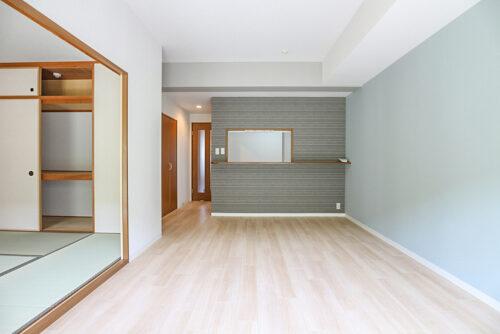 1階ですが採光良好です!クロスと床は貼り替え済みです。水色のさわやかなアクセントクロスになりました。(2021年4月23日)撮影