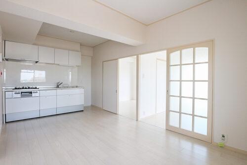 リフォーム済みで、クロスや床は貼り替え済み。白で統一され、少し狭いですが広く感じるお部屋です。(2021年4月27日)撮影