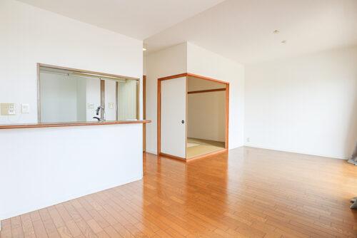 リビングは15.7帖の広さ。間仕切りを開ければ和室と合わせて広々ご利用できます。(2021年4月27日)撮影