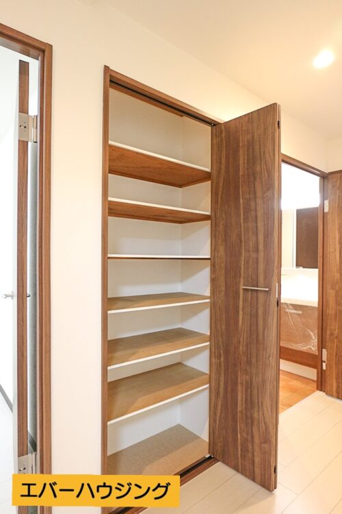 廊下には便利な収納スペースもございます。
