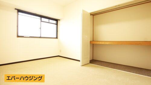 洋室にはたっぷり収納できるクローゼットもございます。