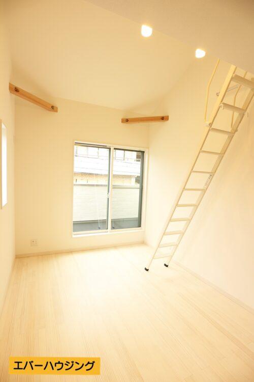 ロフト付きの洋室は天井が高く、開放感があります♪