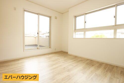 洋室7.1帖のお部屋。2面採光で陽当たり良好です。