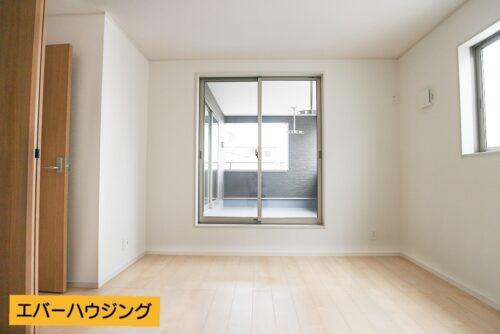 洋室7.5帖のお部屋です。 ナチュラルな内装なのでどんな家具でも合わせやすいですね。