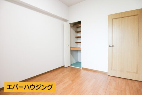 洋室5.3帖のお部屋です。ウィンドウエアコン取付済みです。