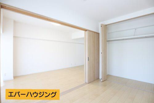 リビング横には6帖の洋室がございます。 間仕切りを開けると18.5帖の広々とした空間に。