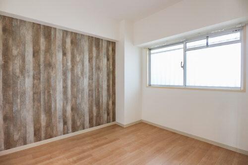 洋室4.5畳のお部屋です。床やクロスは貼り替え済み。アクセントクロスがお洒落な洋室♪