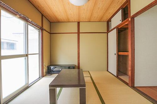 1階和室6帖のお部屋です。窓が大きく、陽当たり良好です。