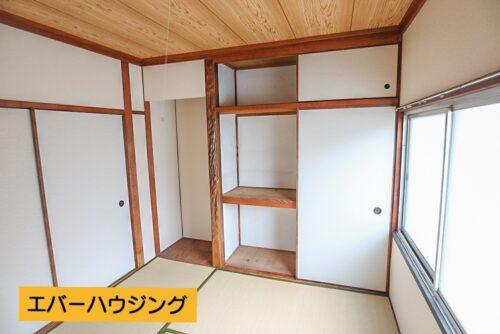 和室4.5畳のお部屋です。押し入れ、天袋収納もあります。床の間があるので、生け花を飾ったりなども出来ます。