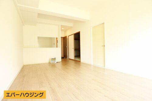 LDK15帖♪南向きで陽当たり良好なリビングです。淡い色の床材でお部屋の中も明るいです。
