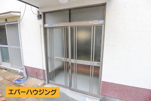 玄関前のスペースです。 物件前は専用通路ですので、広々と使用できます。