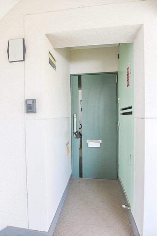 玄関扉です。防犯に優れたダブルディンプルキーです。(2021年5月10日)撮影