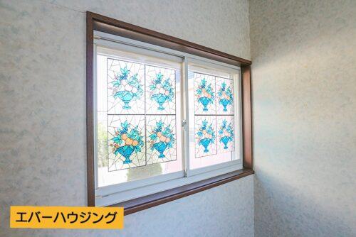 洋室の窓がレトロでかわいいです。
