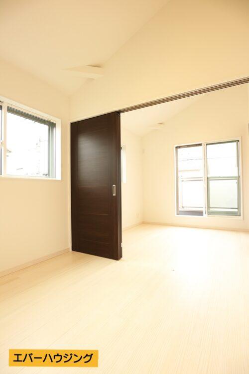洋室5帖と5帖の間には可動式の間仕切り付きです。繋げて10帖のお部屋としても使用できます。