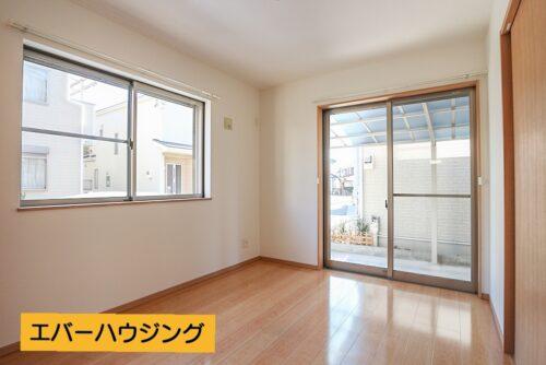 1階の洋室5.75帖のお部屋です。 2面採光で開放的な室内です。