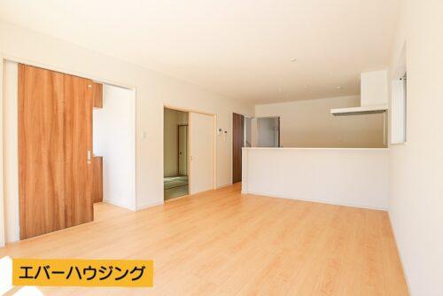 【同形状・同仕様写真です】 約16帖の広さ。ナチュラルな内装ですので、家具の色味を合わせやすいですね。