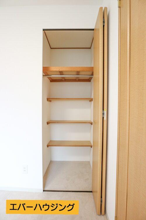 クローゼット収納には棚が付いているので、便利です♪