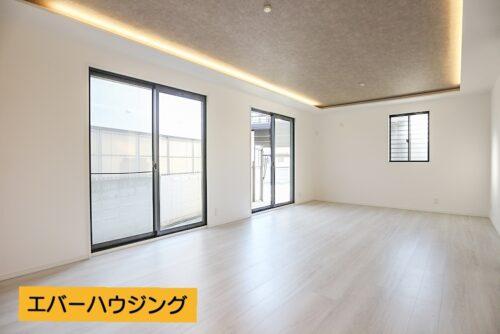南面に窓が大きくあり、陽当たり・通風良好です。天井には間接照明があり、お部屋を優しく照らします。
