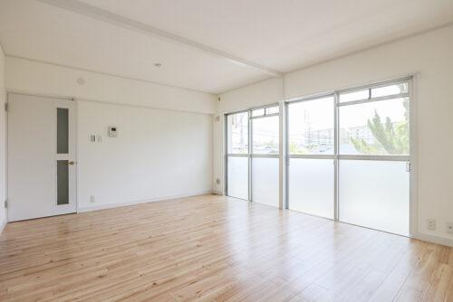 リビング約14帖の広さです。淡い色の床材と白い壁なのでお部屋が広く感じます。クロスと床は貼り替え済みです。(2021年5月10日)撮影