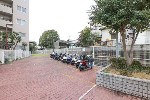 敷地内バイク置き場です。