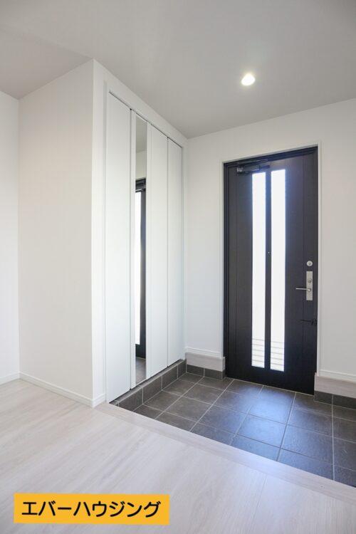 玄関スペース広々!シューズクロークにはコートを掛けたりなどもできるバーが付いております。