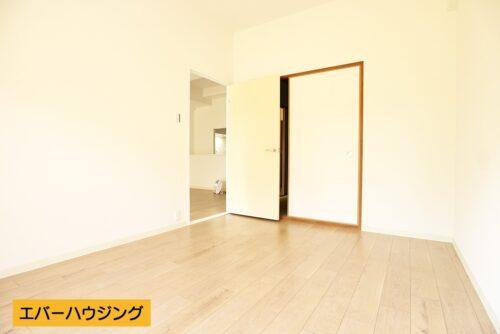 洋室5.8帖のお部屋。間仕切りを開けると、和室と繋がっています。
