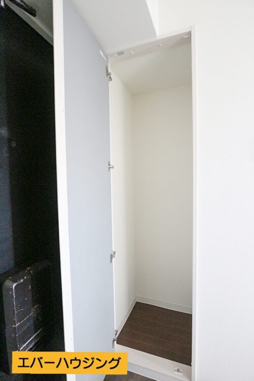 玄関横には収納スペースがございます。