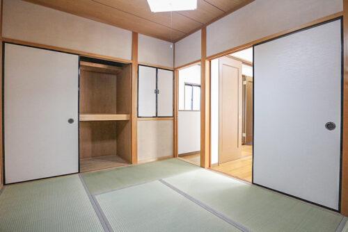 2階の洋室と和室の間仕切りは可動式なのでお部屋を繋げて利用できます。